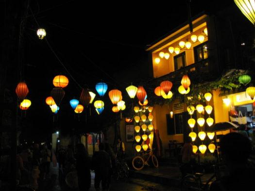 Фонарики на вечерних улицах Хойана