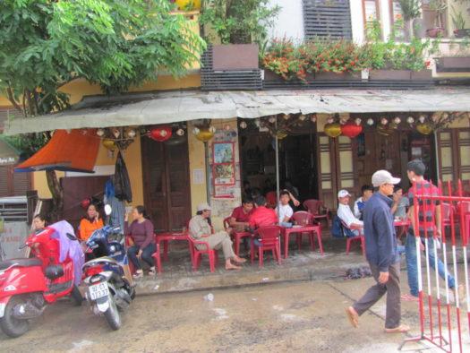 Вьетнамцы утром пьют кофе