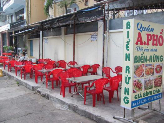 Вьетнамское кафе под забором, на стульчиках