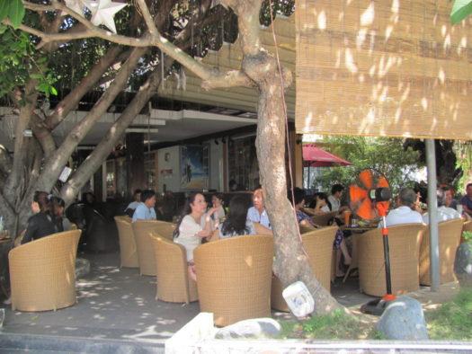 Посетители кофеен в Нячанге