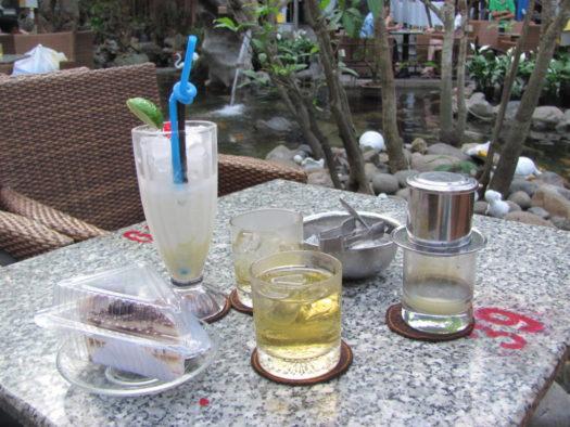 Йогурт со льдом и кофе в фине, Нячанг, Вьетнам