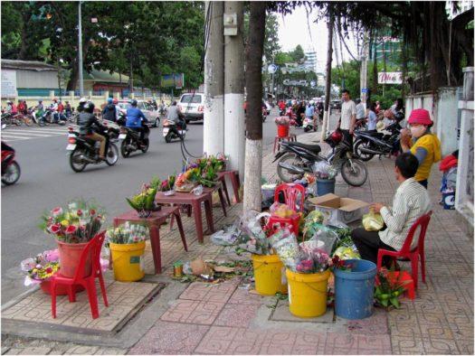 Уличный торговец цветами в Нячанге