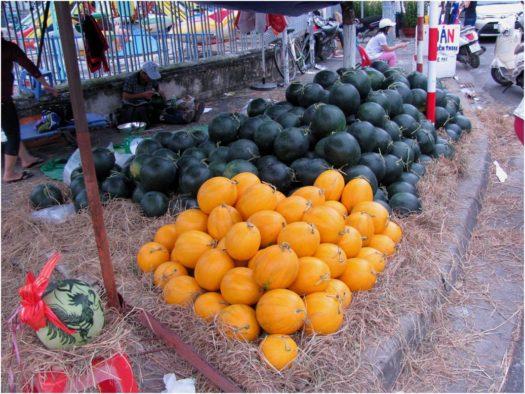 Арбузы разноцветные на улицах Нячанга перед Тетом