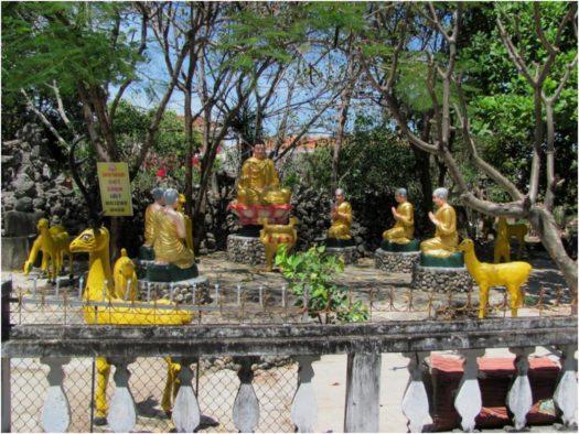 Будда в окружении учеников, пагода Từ Vân, Камрань, Вьетнам