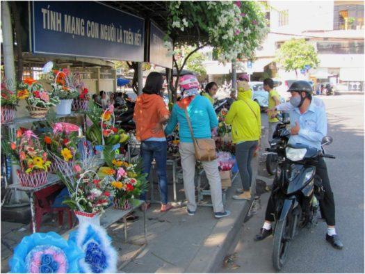 Покупка цветов на улице в Нячанге