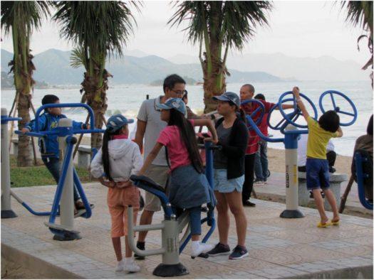 Дети на тренажерах, пляж Нячанга