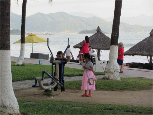 Дети около тренажеров, Нячанг