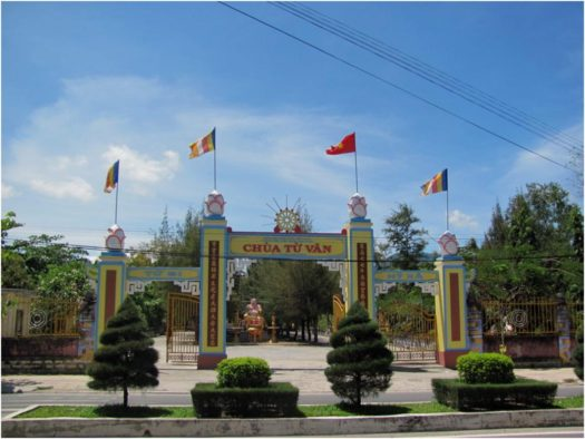 Вход в пагоду Từ Vân в городе Камрань, Вьетнам