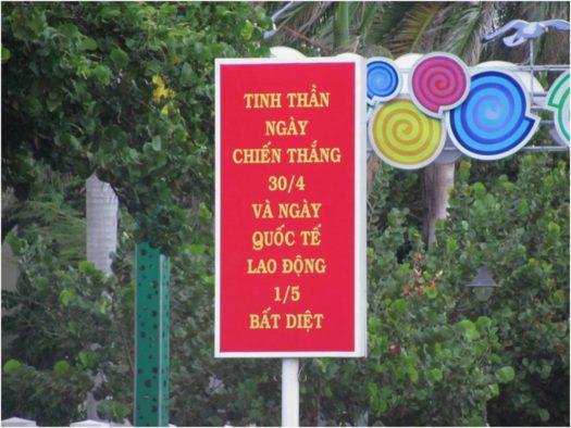 Плакат в День Освобождения в Нячанге