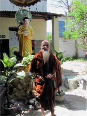 Монах из пагоды Từ Vân в городе Камрань