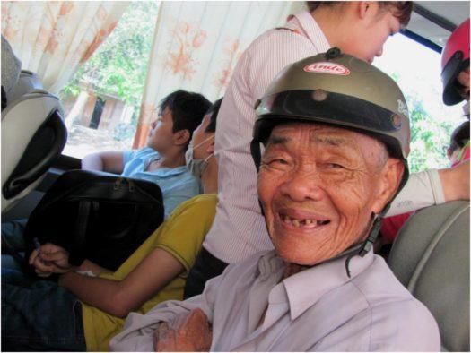 Улыбчивый вьетнамский дедушка в автобусе Камрань - Нячанг