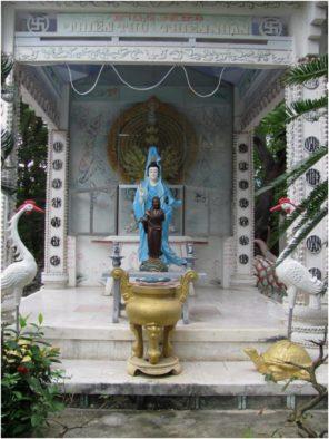 Богиня Милосердия и Бодхидхарма в пагоде Từ Vân Камраня