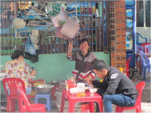 Повар, готовящая бань кан (bánh căn), Нячанг