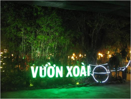 Иллюминация у входа в Vườn Xoài, Нячанг