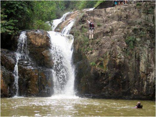Прыжок с 11 метров на каньонинге в Далате, Вьетнам