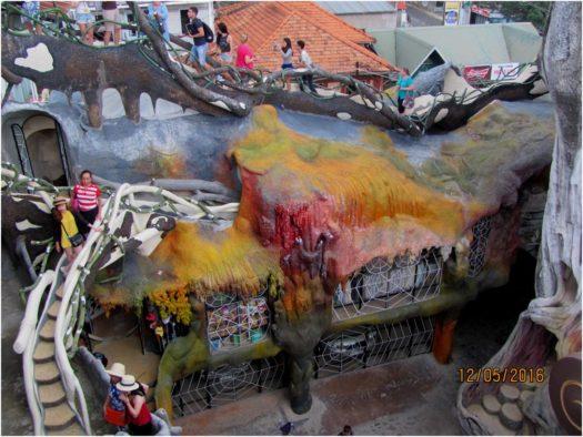 Дворик и лестницы Крейзи Хаус (Crazy House), Далат, Вьетнам
