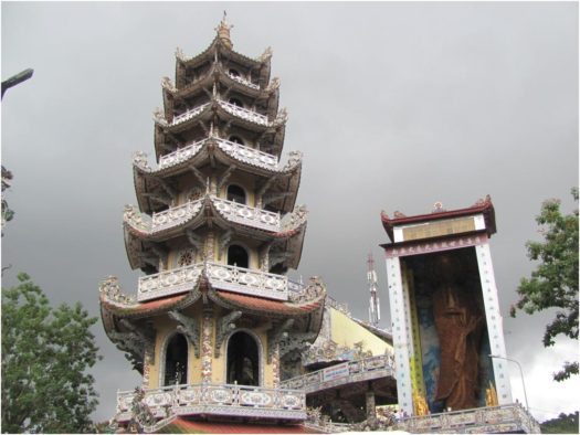 Колокольня и статуя Богини Милосердия на территории пагоды Линь Фыок, Далат