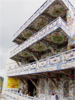 Здание на территории пагоды Линь Фыок, декорированное керамикой, Далат