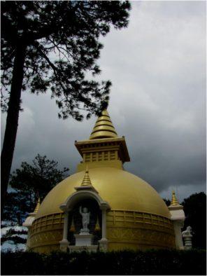 Золотая ступа в монастыре Чук Лам, Далат, Вьетнам