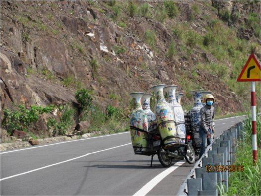 Мотобайк, перевозящий вазы, по дороге в Далат, Вьетнам