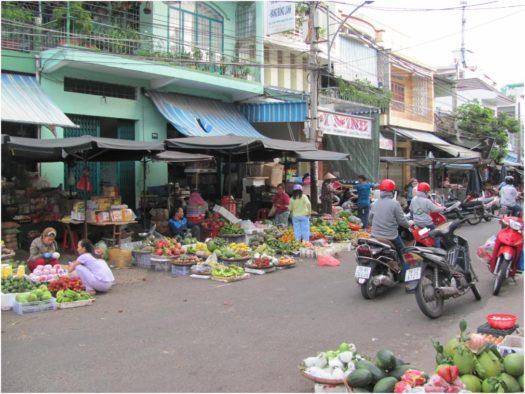 Покупатели рынка Сом Мой на мотобайках