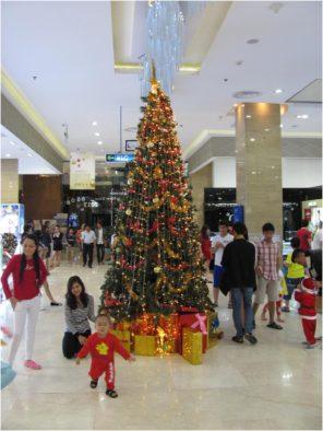 Новогодние украшения в супермаркете Нячанг Центр