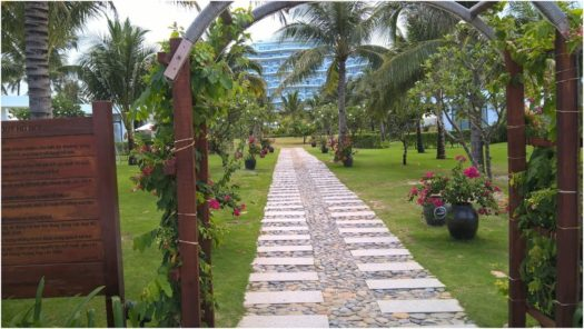 Аллея от пляжа в отеле Cam Ranh Riviera Beach and SPA