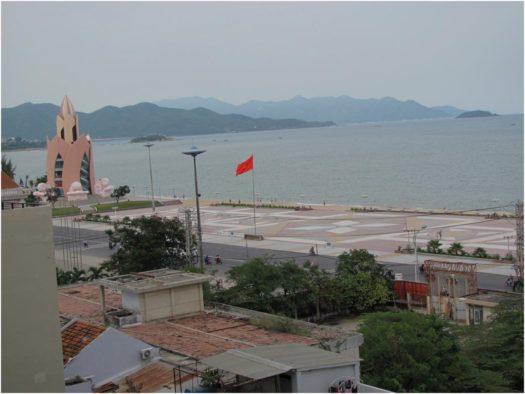 Вид из окна отеля Galaxy Nha Trang на площадь с башней Лотос