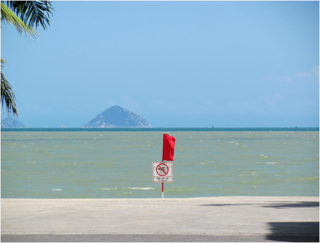 Красный флаг на городском пляже Нячанга