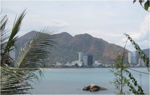 Вид с мыса Хон Чон на северный пляж Нячанга