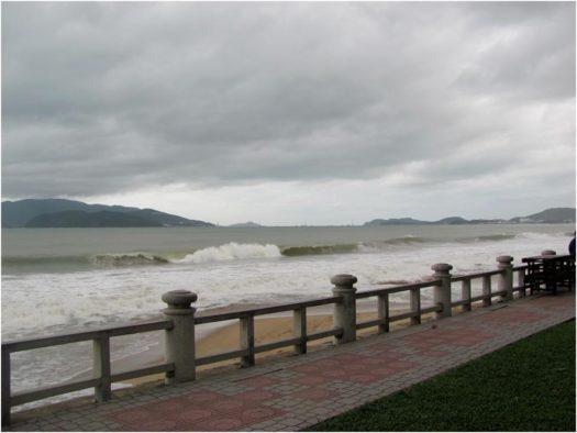 Волны на море в Нячанге зимой