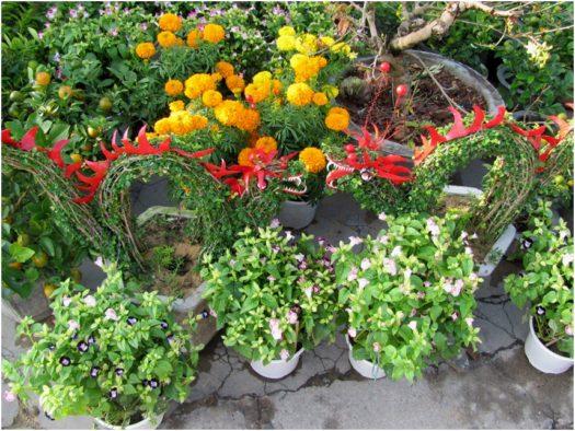Садовые скульптуры из проволоки и растений