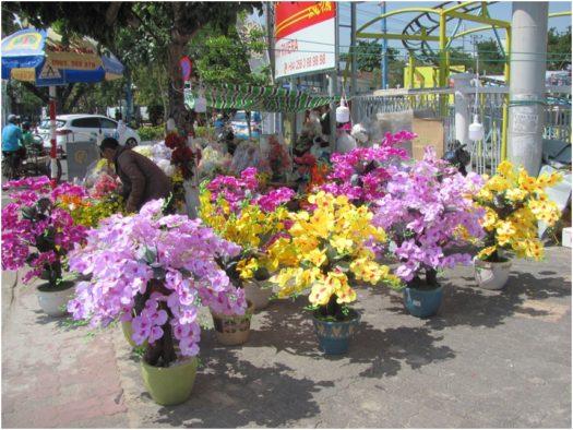 Искусственные орхидеи на улицах Нячанга
