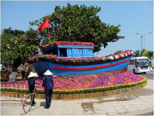 Лодка на цветочных волнах в парке Нячанга