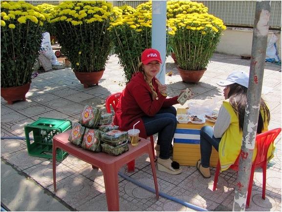 Продавщица бань тьынг - новогоднего вьетнамского блюда