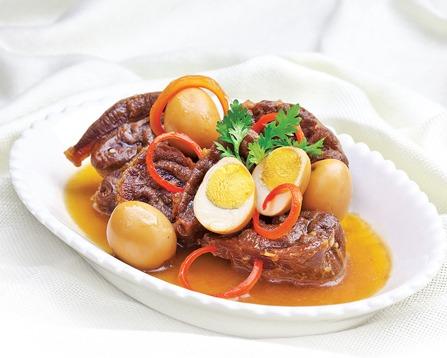 Мясо в горшочке с перепелиными яйцами