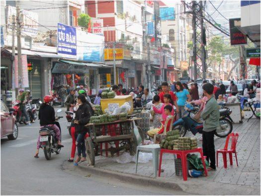 Уличная торговля banh tet и banh chung