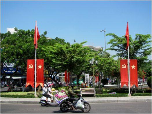 Флаги в честь 30 апреля и 1 мая во Вьетнаме