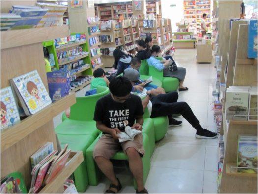 Читатели в книжном магазине Нячанга