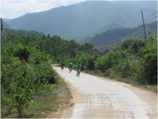 Вьетнамские дети на велосипедах