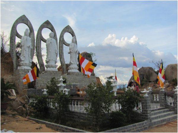 Статуи Будды и богини милосердия Гуань Инь в Фанранге