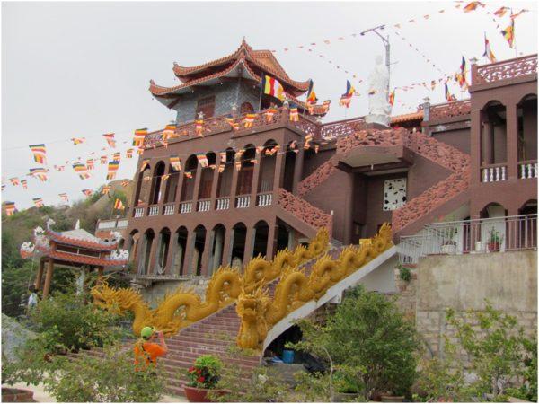 Драконы в пагоде Trung Son Co Tu в Фанранге