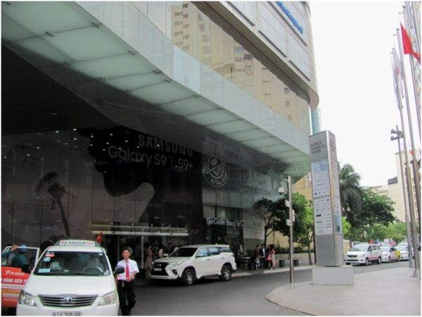 Вход в Bitexco Financial Tower