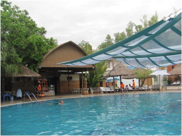 Теплый минеральный бассейн на источниках Thap Ba в Нячанге
