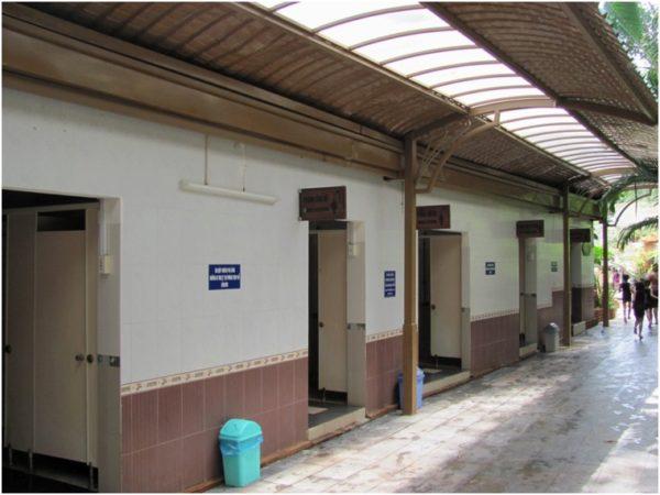 Раздевалки и туалеты на грязях Тхап Ба
